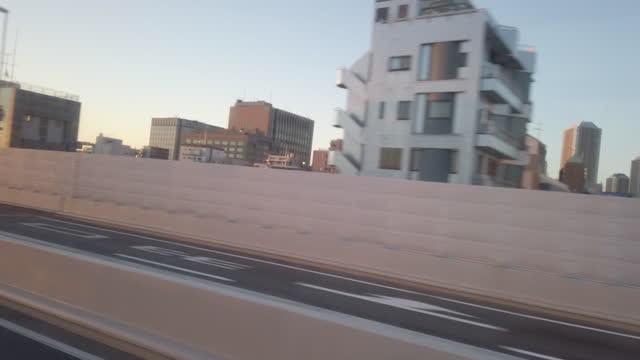 4k tokyo stadtautobahn blick vom bus - moving past stock-videos und b-roll-filmmaterial
