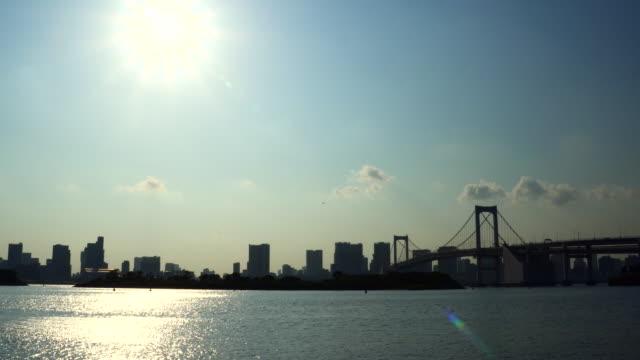 vídeos de stock, filmes e b-roll de horizonte da cidade de tóquio da baía de tóquio - ponto turístico