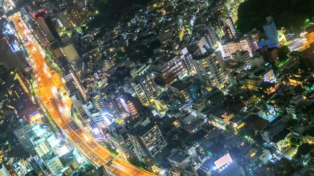 vídeos de stock, filmes e b-roll de miradouro da cidade de tóquio à noite girando o lapso de tempo - vista da cidade