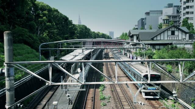 tokyo commuters at harijuku station - bahnreisender stock-videos und b-roll-filmmaterial