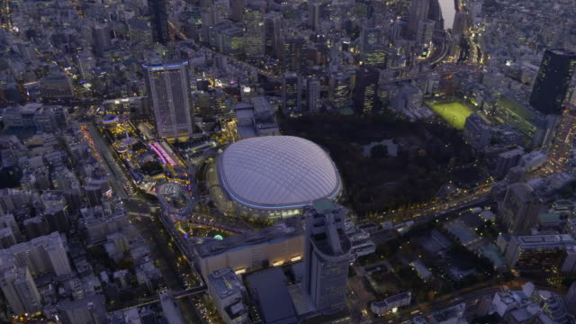 vídeos de stock, filmes e b-roll de tokyo dome aerial at dusk - vista da cidade