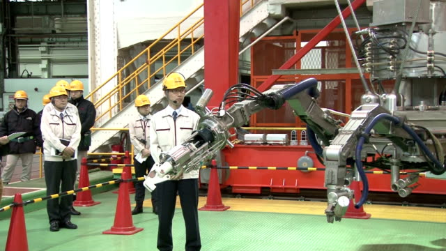 vídeos y material grabado en eventos de stock de tokyo electric power co. and toshiba corp. unveiled new machinery on jan. 18 to remove spent nuclear fuel from a storage pool at the crippled... - nuclear energy