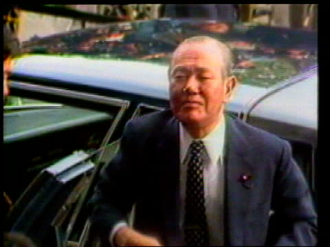 vídeos y material grabado en eventos de stock de japan tokyo ext ***beware lms car drives up zoom kakuei tanaka former japanese pm who was imprisoned for accepting bribes from lockheed corporation... - soborno