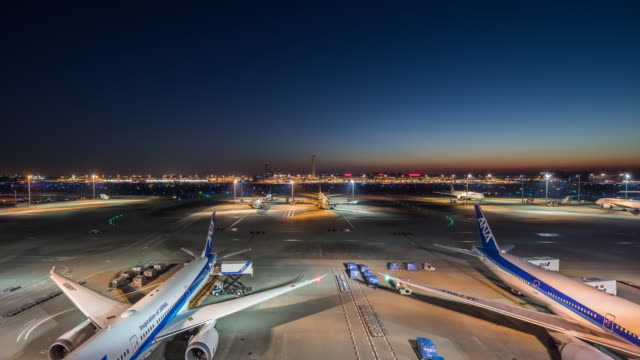 t/l ws ha tokyo haneda international airport night to day transition / tokyo, japan - luftfahrtindustrie stock-videos und b-roll-filmmaterial