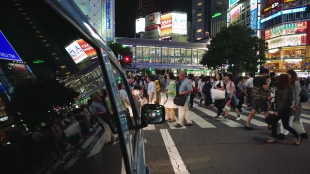東京の夜のトラフィック - 横断歩道点の映像素材/bロール