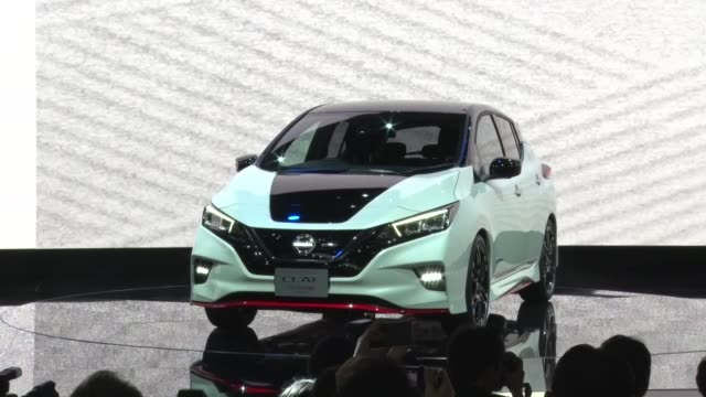 stockvideo's en b-roll-footage met the tokyo motor show opened to the press wednesday with automakers promoting electric cars reflecting the significant shift in the industry amid... - toyota motor