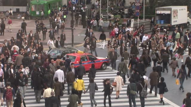 tokyo, japanbusy city street in tokyo japan - zebratryck bildbanksvideor och videomaterial från bakom kulisserna