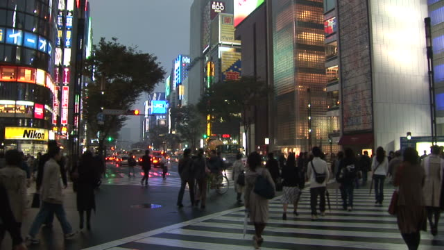 tokyo, japancity street at night in tokyo japan - zebratryck bildbanksvideor och videomaterial från bakom kulisserna