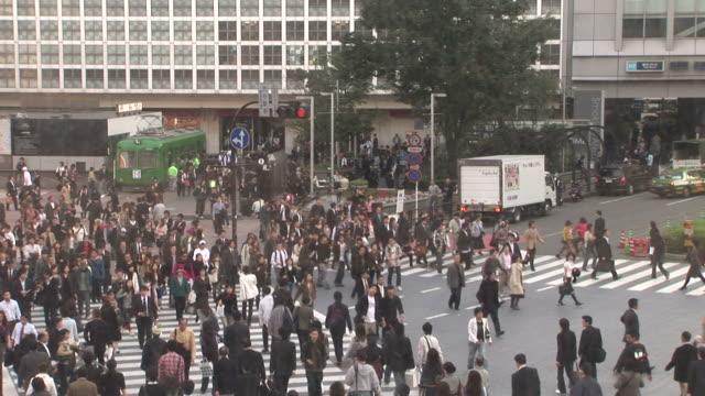 tokyo, japanpedestrians crossing in tokyo japan - zebratryck bildbanksvideor och videomaterial från bakom kulisserna