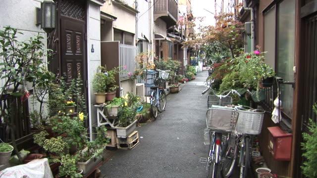 tokyo, japanview of a narrow street in tokyo japan - 路地点の映像素材/bロール