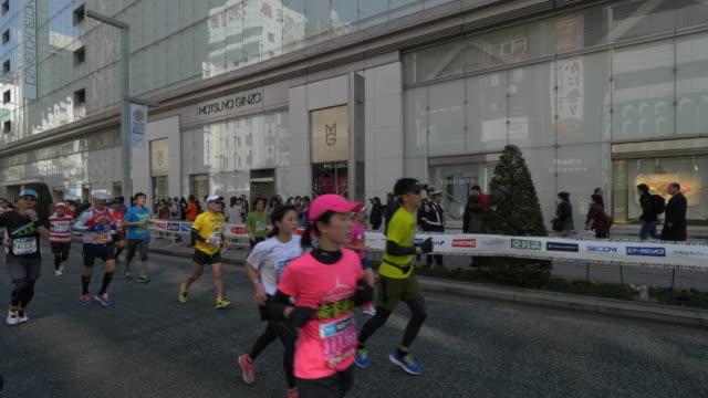 vídeos de stock, filmes e b-roll de tokyo marathon at ginza - maratona