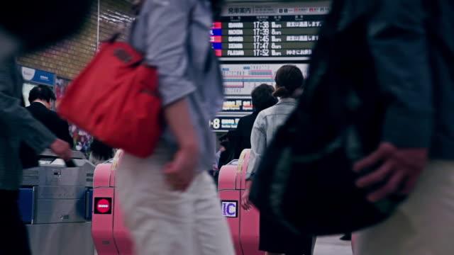 tokyo metro ticket barriers - 自動改札機点の映像素材/bロール