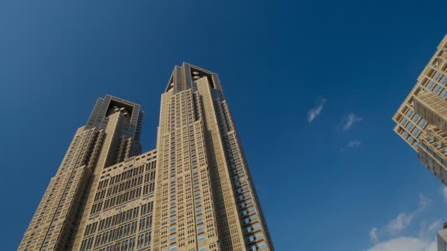 t/l ms la tokyo metropolitan government building under cloudy sky, tokyo, japan - 建物の正面点の映像素材/bロール