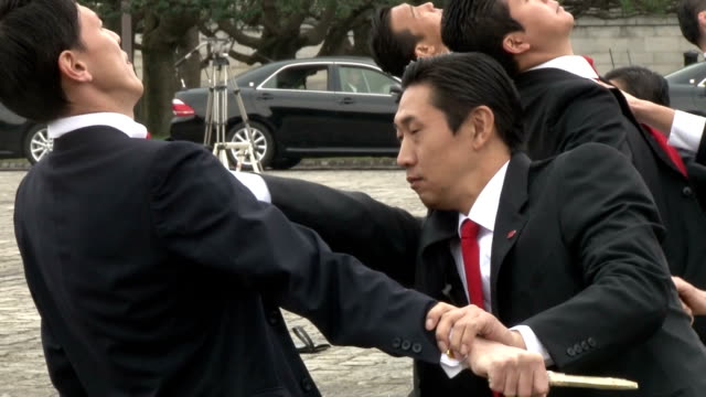 tokyo metropolitan police revealed a training session for security agents on nov 20 with 135 officers participating the officers showed how to... - allarme di prova video stock e b–roll