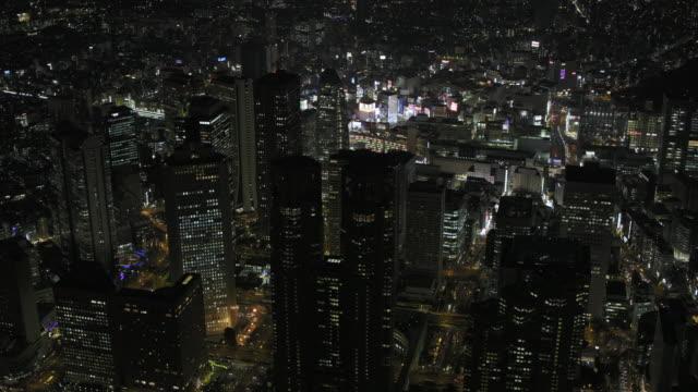 vídeos de stock e filmes b-roll de tokyo night aerial image - shinjuku district - bairro de shinjuku