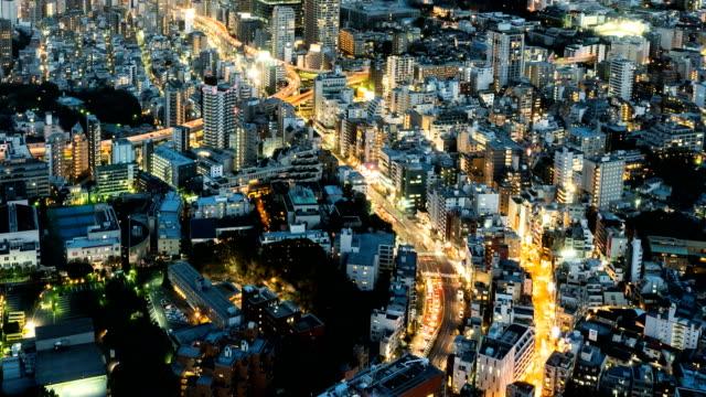 4K T/L LS HA: Tokyo natt med trafik från bilar på vägarna i Tokyo City, Japan. Hög vinkel Visa