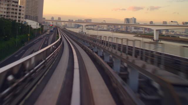 vídeos y material grabado en eventos de stock de tokyo, odaiba train ride t/l dusk. - perspectiva desde un tren