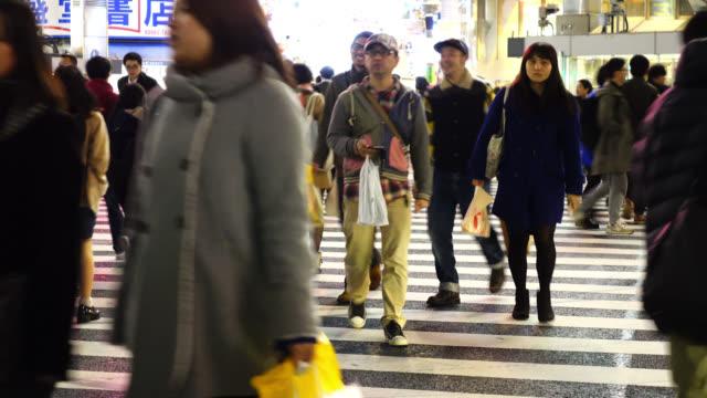 東京、渋谷の交差点で歩行者を横断します。 - 歩行者点の映像素材/bロール