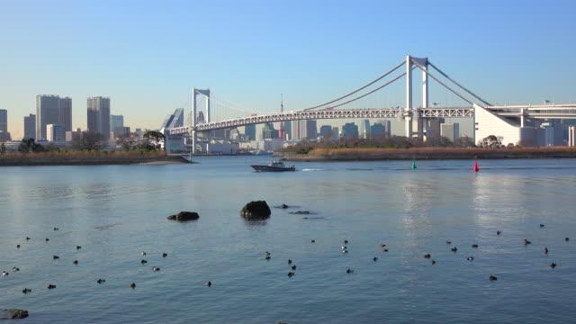vídeos de stock, filmes e b-roll de ponte do arco-íris de tóquio - 4 k - plusphoto