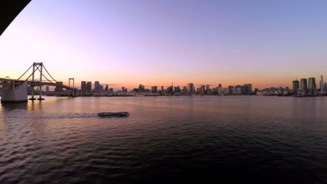 夕暮れ時の東京のレインボーブリッジ-4 k - 全景点の映像素材/bロール