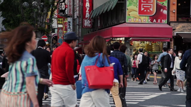 stockvideo's en b-roll-footage met tokyo shoppers crossing the street - langzaam