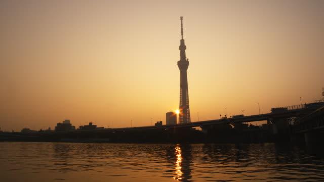 tokyo sky tree tower and sumida river in tokyo,japan - morning点の映像素材/bロール
