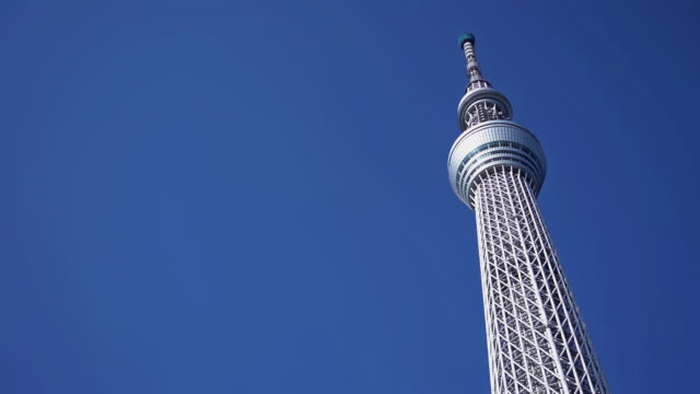 tokyo sky tree mit blauem himmel in tokio, japan. - low angle view stock-videos und b-roll-filmmaterial