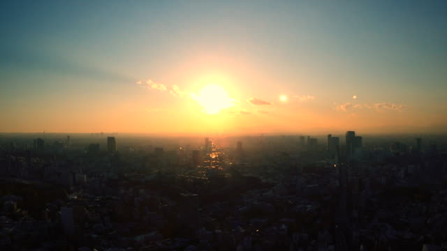 tokyo skyline bei sonnenuntergang / verkleinern - zoom out stock-videos und b-roll-filmmaterial