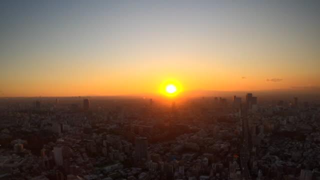 夕暮れ時の東京スカイライン/ズームアウト - street点の映像素材/bロール