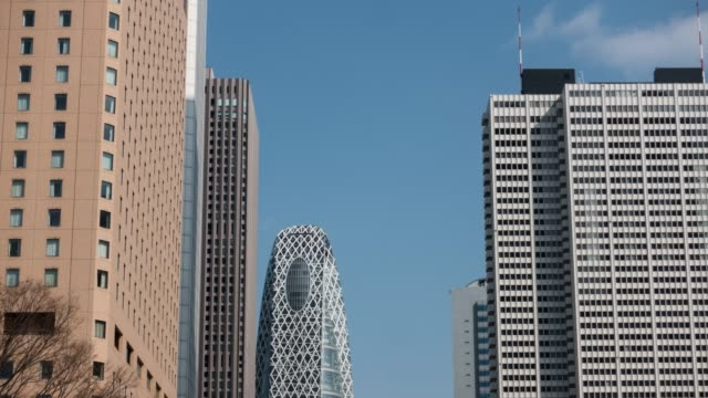 tokyo skyline on a sunny day - schwenk nach unten stock-videos und b-roll-filmmaterial