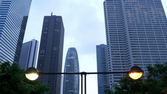 tokyo skyline (tilt up) - 歩道点の映像素材/bロール