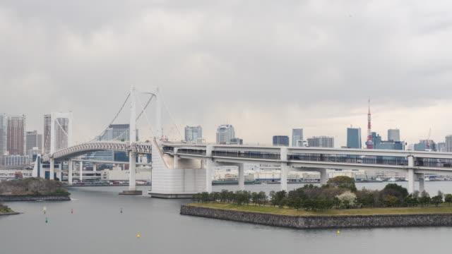 skyline mit tokyo tower und regenbogenbrücke - wide stock-videos und b-roll-filmmaterial