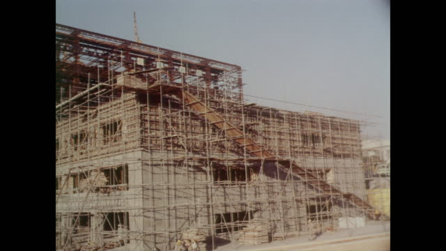 1964 tokyo, steel frame building under construction in the akasaka area - 1964年点の映像素材/bロール