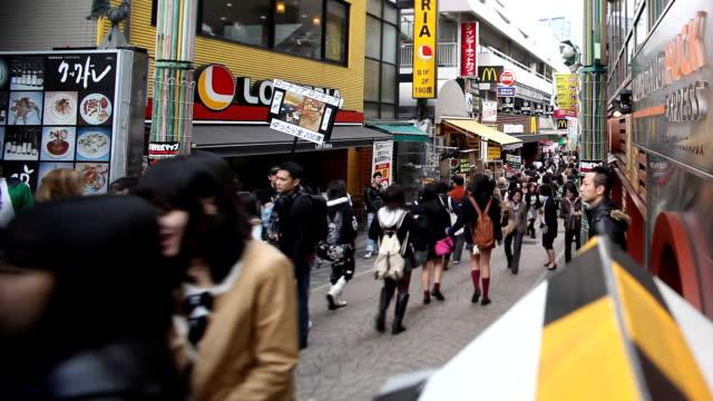tokyo takeshita market place - straßenschild stock-videos und b-roll-filmmaterial