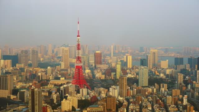 東京タワー、日本の通信・観測塔します。日本で最も高い人工構造だった - ズームイン点の映像素材/bロール
