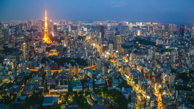 vídeos de stock, filmes e b-roll de crepúsculo do ponto de vista de torre de tóquio - vista da cidade
