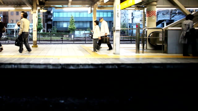 stockvideo's en b-roll-footage met tokyo train ride - perron