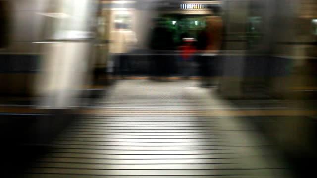 東京の電車 - 鉄道のプラットホーム点の映像素材/bロール