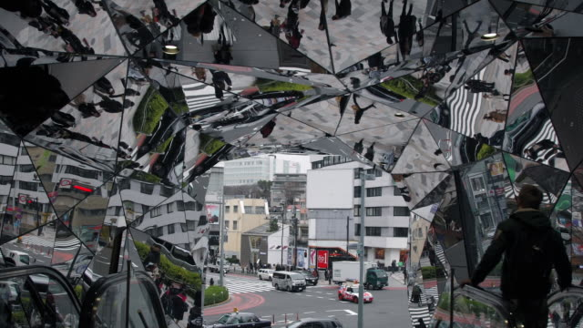 tokyu plaza omotesando harajuku mirrored ceiling shopping mall - dach stock-videos und b-roll-filmmaterial