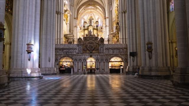 vidéos et rushes de toledo espagne hyperlapse cathédrale de l'intérieur - prêtre