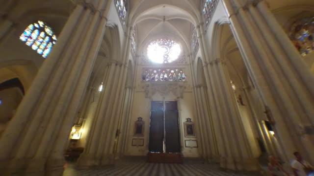 vídeos de stock e filmes b-roll de toledo spain cathedral trvelling of the inerior entrance - igreja