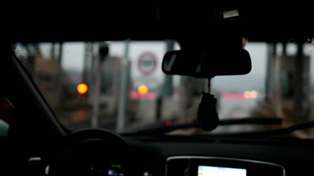 vídeos de stock e filmes b-roll de toll booth - cabina de portagem