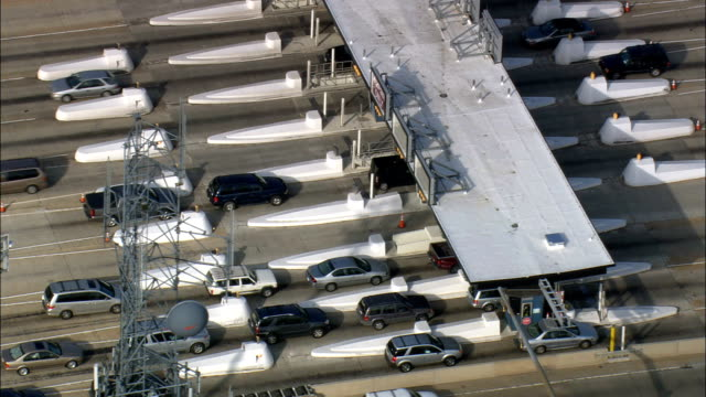 vídeos de stock e filmes b-roll de toll booths on interstate - aerial view - delaware,  new castle county,  united states - cabina de portagem
