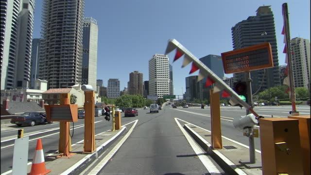 vídeos de stock e filmes b-roll de ws pov toll gate and downtown highway, sydney, new south wales, australia - cabina de portagem