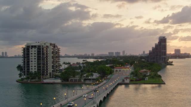 stockvideo's en b-roll-footage met tollgate op venetiaanse causeway, biscayne island, miami, florida, bij zonsopgang. luchtvideo met doorstuurcamerabeweging. - venetian causeway bridge