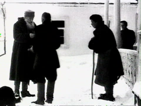tolstoy as he enters moscow station, crowd running to see tolstoy in station audio/ russia - レオ トルストイ点の映像素材/bロール