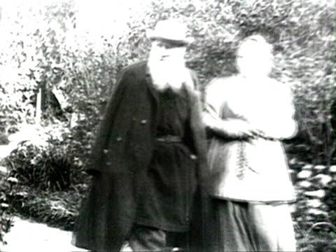 tolstoy walking in garden with wife audio/ russia - レオ トルストイ点の映像素材/bロール