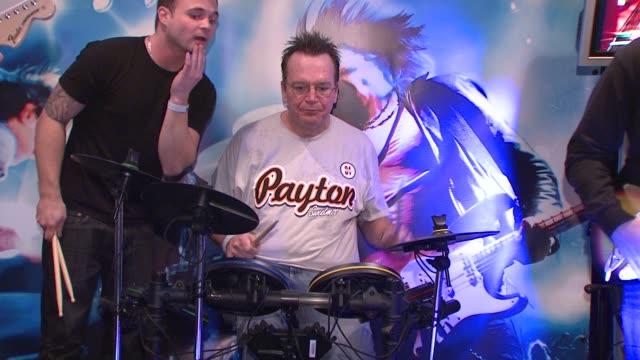 vídeos y material grabado en eventos de stock de tom arnold at the 2009 sundance film festival rock band lounge at park city ut - tom arnold