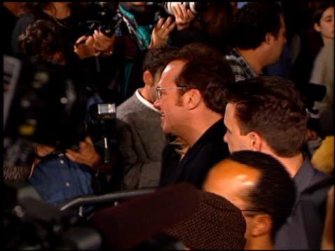 tom arnold at the 'alien resurrection' premiere on november 20, 1997. - ウエストウッドヴィレッジ点の映像素材/bロール