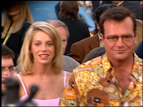 stockvideo's en b-roll-footage met tom arnold at the 'cable guy' premiere at grauman's chinese theatre in hollywood, california on june 10, 1996. - mann theaters